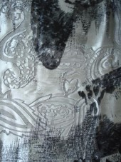 hedvábný satén s průsvity/šedočerný vzor